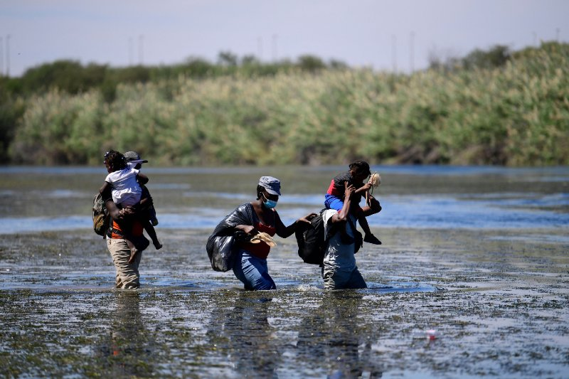 Photographer Who Captured Migrant Photos Says Agents Didn't Use Whips on Anyone