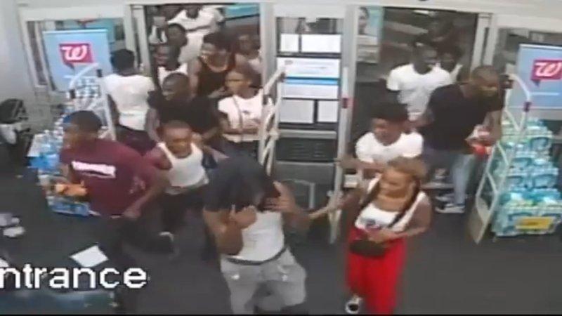 Philadelphia: Teenage flash mob trashes store