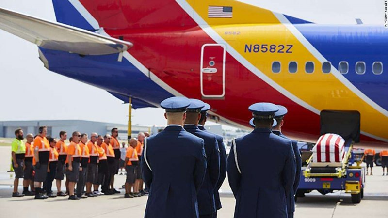 An entire airport came to a halt to honor the remains of a returning Vietnam veteran