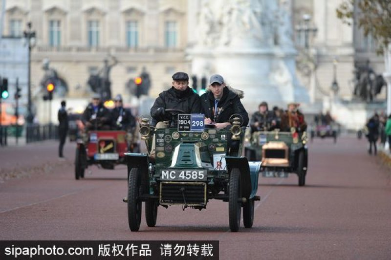 Antique cars commemorate historic run