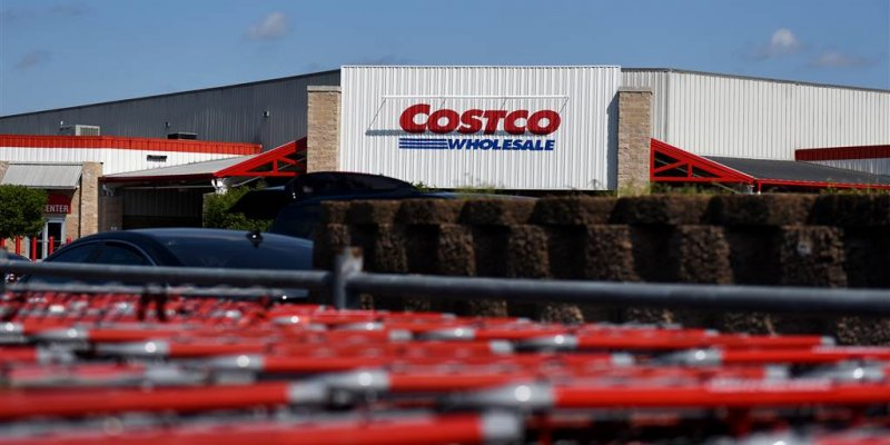 Video shows Costco worker calmly handle customer berating him over mask policy