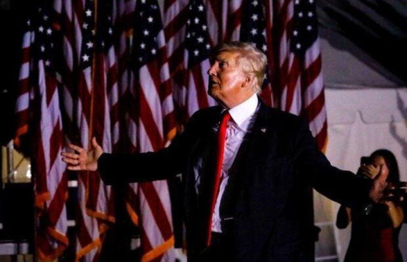 Trump's Sarasota Rally Trolled by Plane Flashing 'Loser-Palooza' Sign (Video)