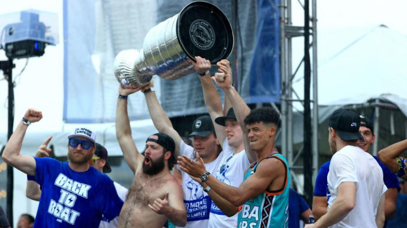 Stanley Cup gets dented during Lightning's championship boat parade